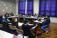 Aluno do 7º ano do Ensino Fundamental do Colégio Americano palestra durante a 31º edição da Feira do Livro da escola