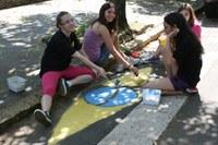 Alunos(as) do Americano pintam faixas de segurança