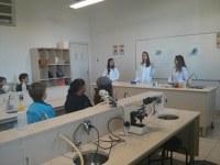 Alunos do 5º ano EF do Colégio Metodista Americano têm primeira aula no laboratório de biologia