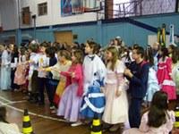 Apresentação de danças típicas marca Festa Farroupilha do Americano