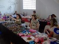 Banca de brinquedos recicláveis desperta interesse no 6º Bazar de Natal do Americano
