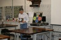 Crianças aprendem sobre cores e luz no Laboratório de Física