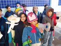 Crianças enfrentam frio de 5 graus para ir às ruas pedir paz