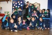 Crianças fazem torta de maçãs no projeto Contos de Fada