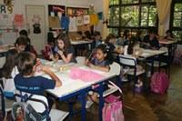 Estudantes do Americano estilizam bolinhas de natal