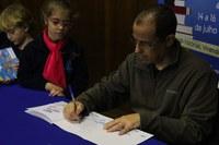 Luís Dill realiza bate-papo e sessão de autógrafos com  alunos do Ensino Fundamental