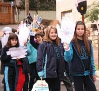 """Passeata de """"Reconciliação e Paz"""" reúne cerca de 400 crianças no Bairro Rio Branco"""
