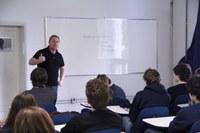 Professor de História, Fábio Catani, faz aula preparatória para alunos do 3º ano do E.M.