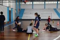 Professora  de Educação Física  realiza avaliação física com alunos a partir do 6º ano
