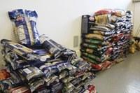 700 quilos de alimentos são doados por alunos de administração