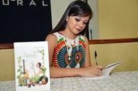 Aluna de jornalismo lança livro de poesias