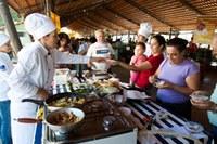Alunos da gastronomia servem cardápio em feira livre de Piracicaba
