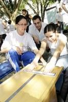 Alunos da Unimep orientam a comunidade na praça José Bonifácio