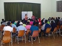 Alunos ensinam português para haitianos em Santa Bárbara d'Oeste