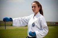Estudante de ed. física conquista ouro em campeonato de karatê