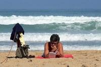 Férias: momento de relaxar, descansar e também ler