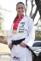 Karateca Natália Brozulatto participa de competições