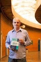 Professor Olney lança 4ª edição do livro Farmácia Homeopática