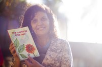 Professora do curso de letras-inglês publica edição de livro bilíngue