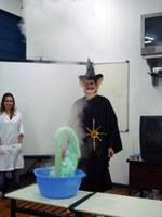 Universitários apresentam elementos da química em peças teatrais