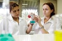 Universitários de química promovem oficinas em escola estadual