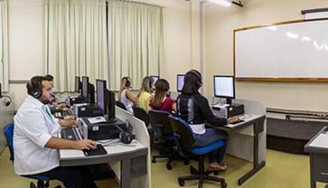 Um espaço com os recursos tecnológicos necessários para atividades acadêmicas dinâmicas e interativas