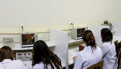 Laboratório com 20 caixas de condicionamento operante e computadores para pesquisa